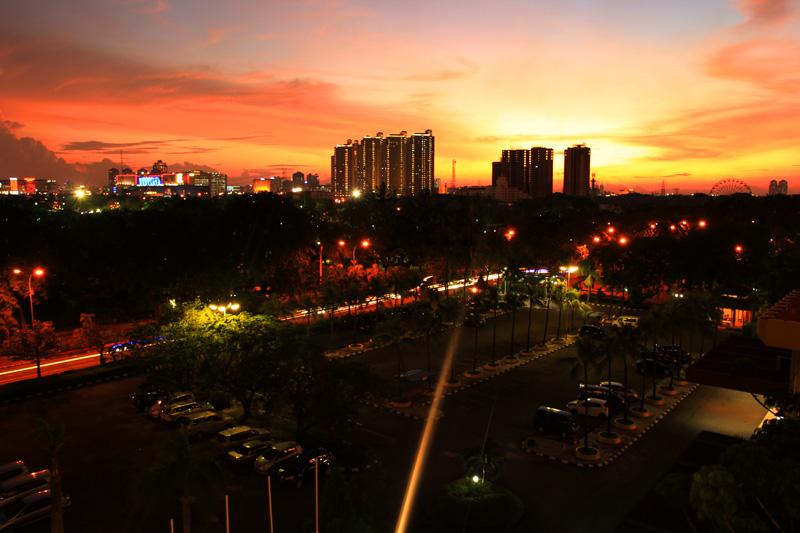 Foto ini diambil bulan Juni tahun 2012 di Ancol, Jakarta. ku duduk bersandar di kursi kamar. Dari Bilik Kamarku saya melihat pudarnya cahaya siang menimbulkan cahaya senja yang indah. Gedung Gedung Pencakar langit Jakarta dengan temaram senja berwarna kemerahan. hari itu Langit Ancol Jakarta begitu indahnya lampu-lampu taman hotel, di apartemen dan Gedung-gedung pencakar memendarkan cahaya. semua terasa indah.