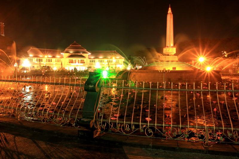 Taman Balai Kota Malang. Foto ini saya ambil pada acara Earth Hour di depan Balai Kota Malang. sebelum acara earth Hour dimulai, Sebelum lampu-lampu di Taman dan Balai Kora dimatikan, sebelum air mancur berhenti, saya mengabadikan momen terindah. Inilah Taman Balai Kota Malang