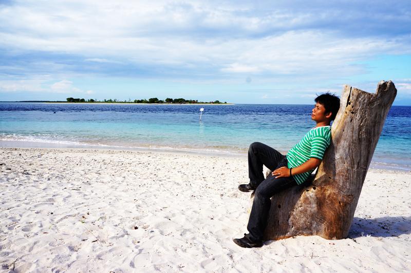 duduk santai di pantai Gili Kondo.