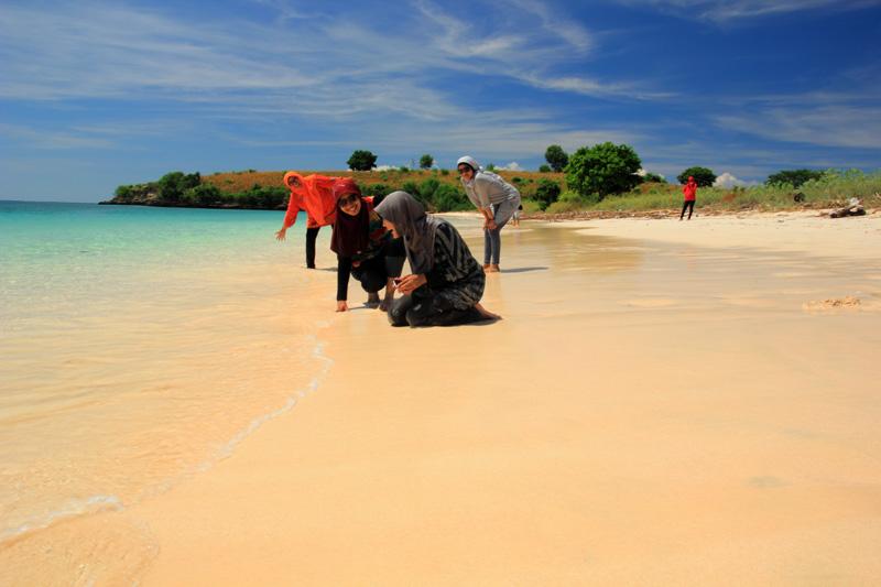 enaknya bermain-main di pantai Segui