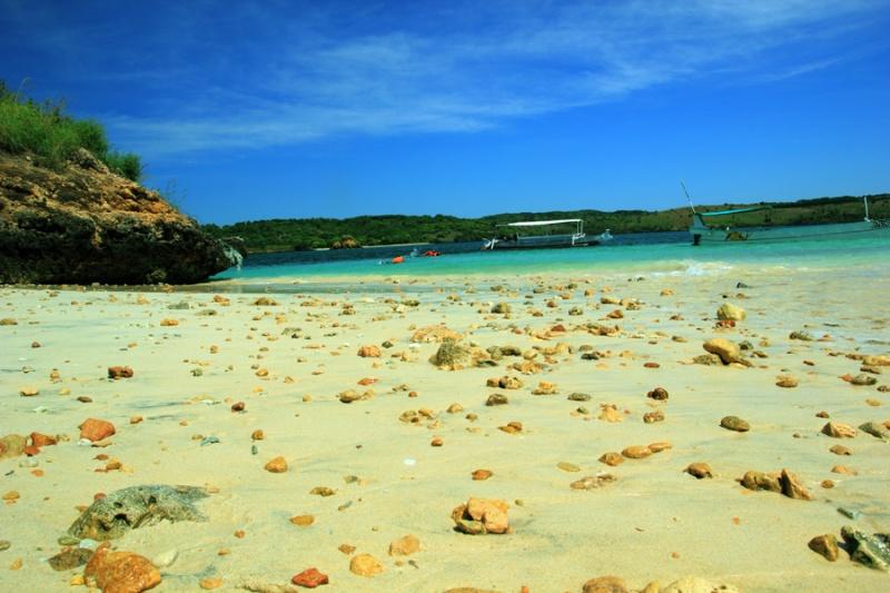 Pantai Gili Petelu yang berbatu