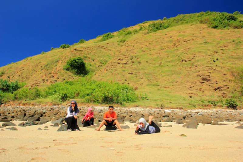 duduk di bawah bukit mawun saat airnya masih surut