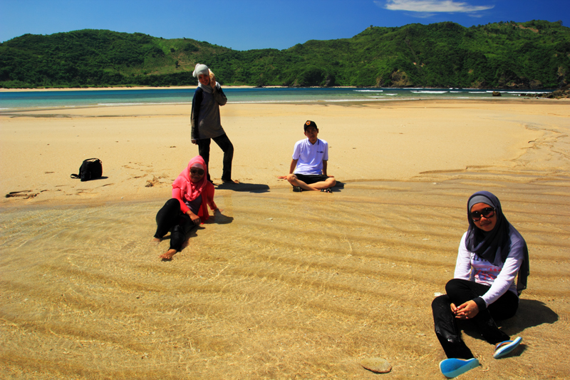 duduk di atas Pantai yang berpola