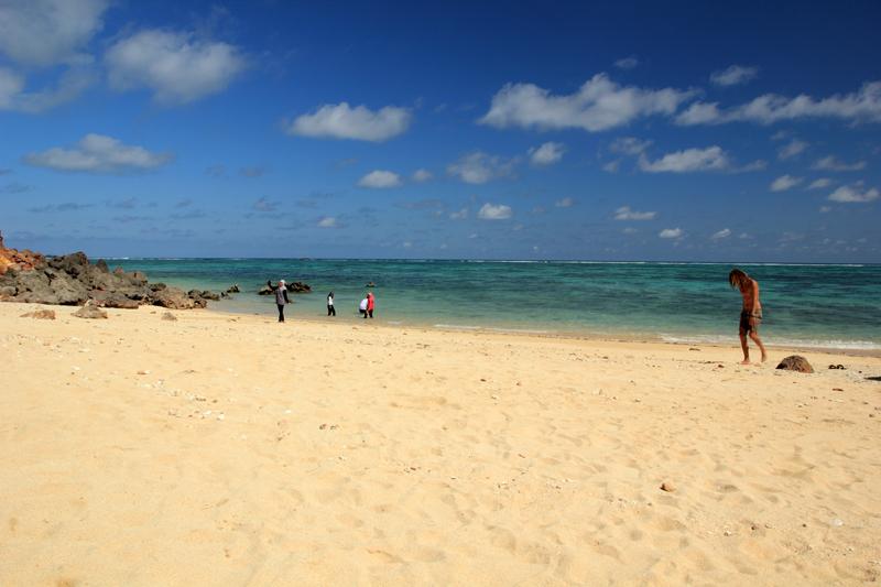 di balik Ikut ada pantai. inilah wujud pantainya eh. hanya ada turis2 yang nikmati privasinya. bahkan ada yang telanjang Bulat