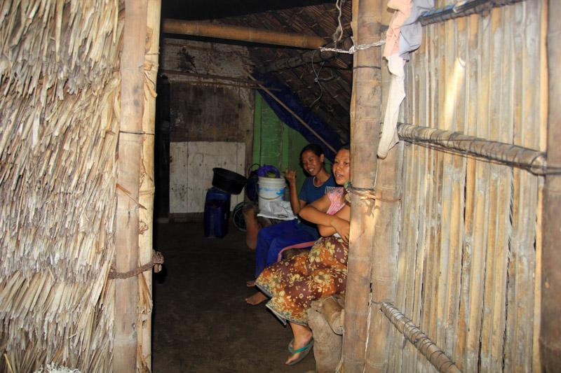 ne para ibu-ibu di rumah. hanya satu kamar besar (dapur dan kamar tidur)