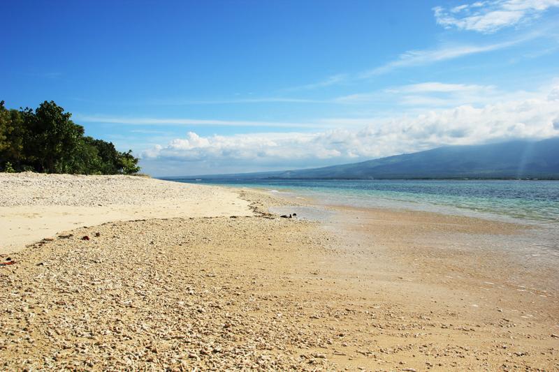 pantai yang langsung menghadap ke Gunung Rinjani