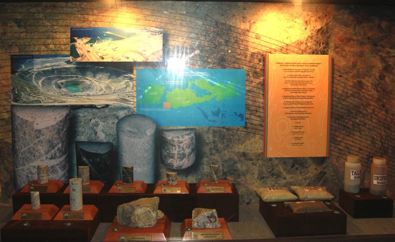 berbagai jenis batu hasil penambangan oleh Newmont