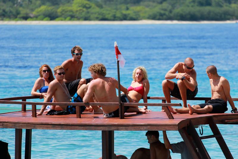 Para Turis santai di atas Perahu