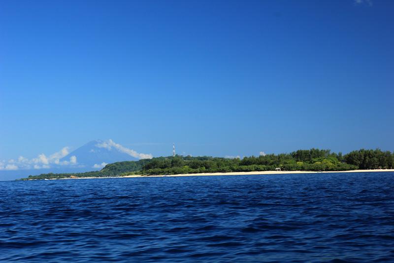 Gugusan Gunung Agung Bali terlihat di Gili Meno.