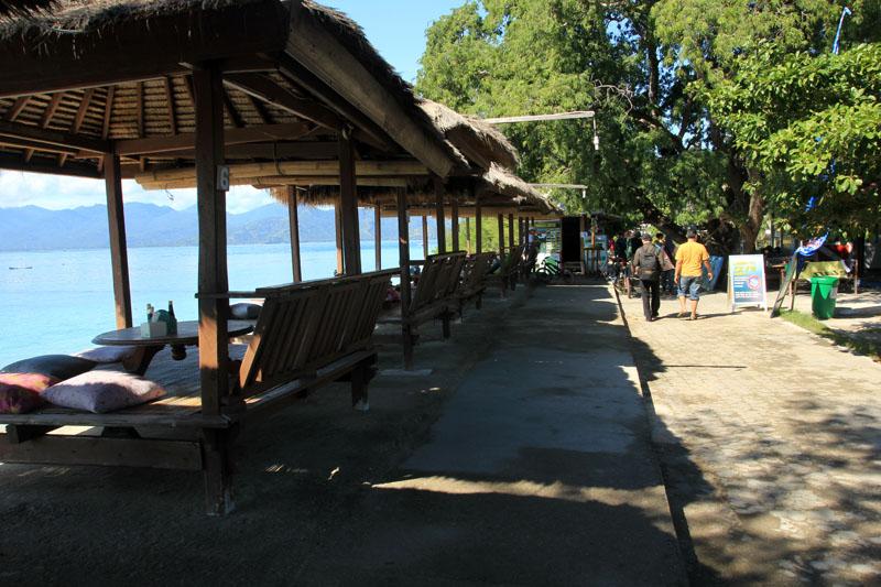 Suasana Gili Meno yang sepi, Cafe yang langsung berada di Pinggir pantai