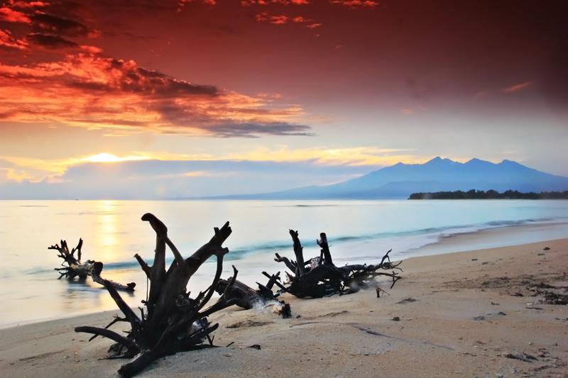 Sunrise dengan Latar Gunung Rinjani di Gili Trawangan