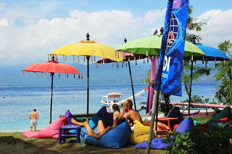 Turis-turis bersantai di bawah pohon