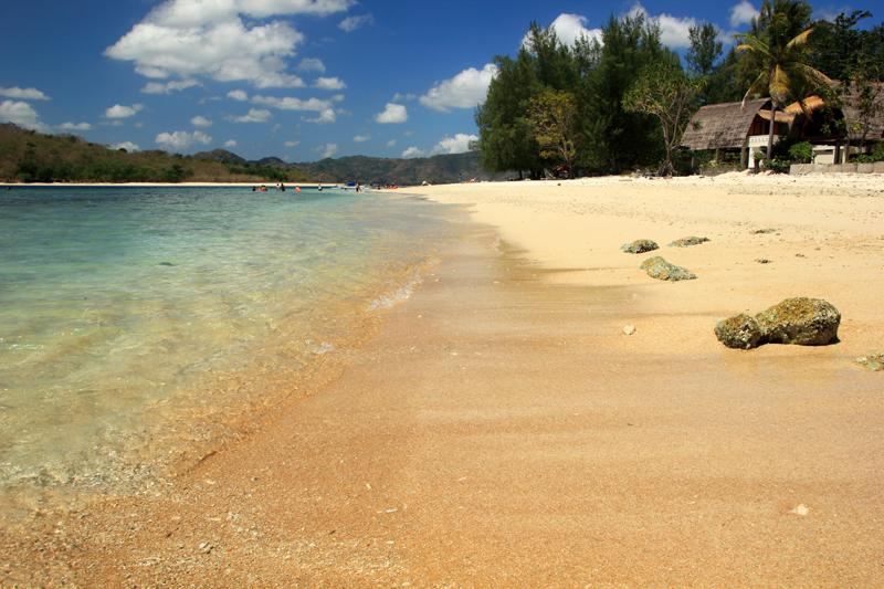pasirnya berwarna kemerah-merahan