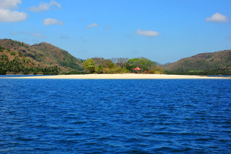 Pulau Pasir itu bernama Gili Kedis. nampak dari kejauhan