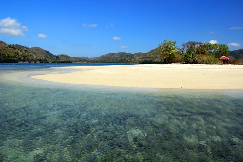 Pulau ini benar-benar dikelilingi pasir putih.. Subhanallah