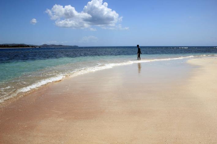 pasirnya berwarna kemerah-merahan eh pas sebelahnya pasirnya bercampur hitam putih...kug bisa yach