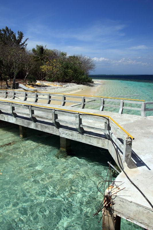 pelabuhan memisahkan dua pantai yang jernih