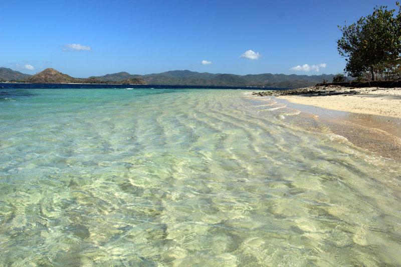 pasirnya yang bergelombang semakin memperindah pantainya
