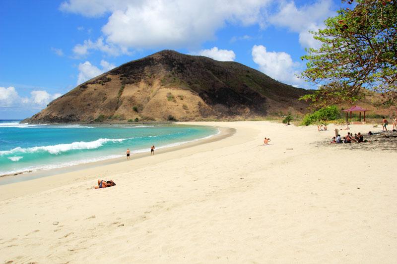 Indahnya Pantai Mawun. tidak sepi dan tidak begitu ramai