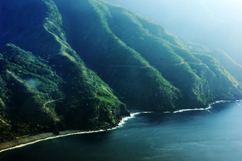 Bukit-bukit yang terlihat dari pesawat susi Air