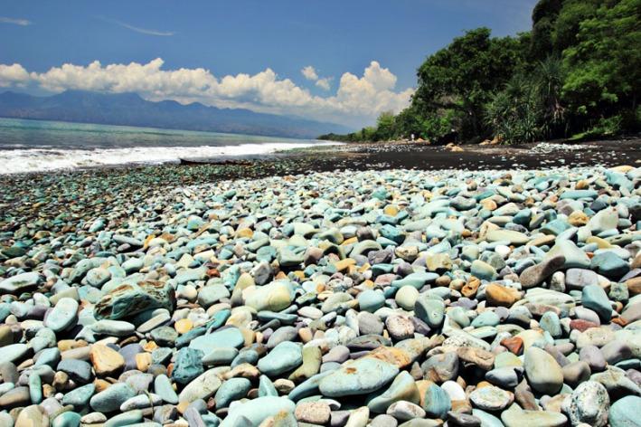 Batu Hijau di pantai Penggajawa