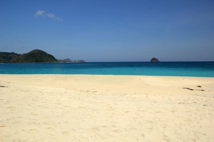 Pulau kecil yang terlihat dari pantai Tomang Omang