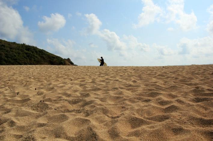 Pasir mawi dengan latar peselancar