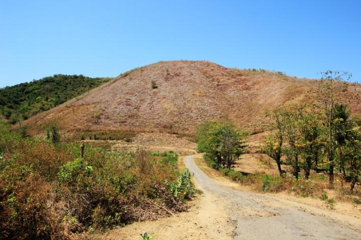 Jalan Menuju Mawi Perbukitan yang mengering