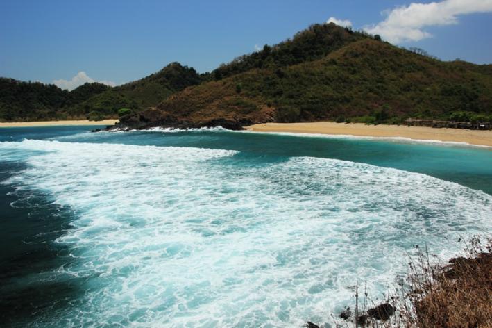 deburan ombak di Pantai Mawi