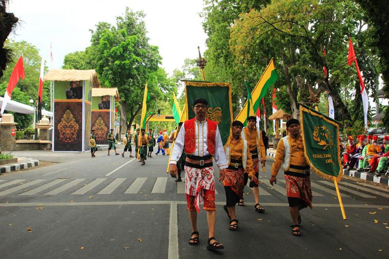 Kesepuhan Cirebon keluar dari Pendopo Walikota
