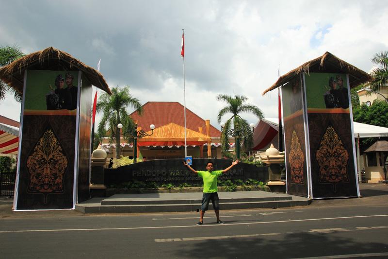 Irwan bergaya di Depan Pendopo Walikota Mataram