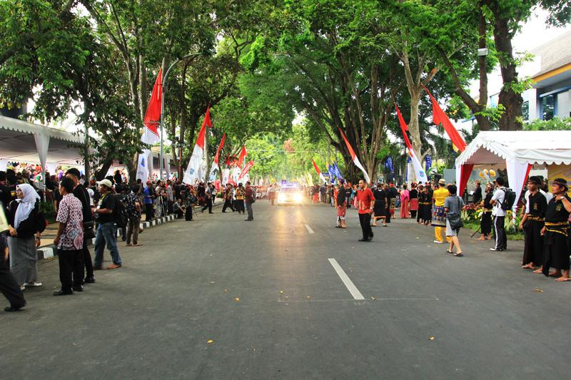 Suasana di depan lapangan Sangkareang