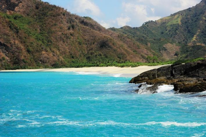 Pantai Tomang Omang terlihat dari Selong Belanak