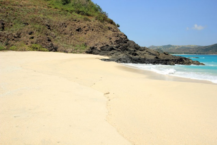 pantai Tomang Omang yang begitu bersih