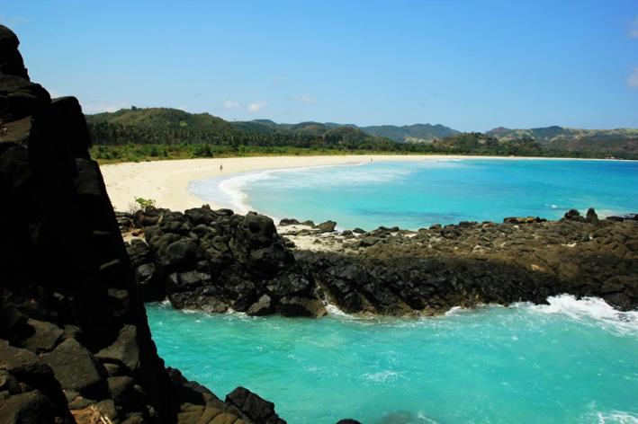 Pantai Selong Belanak dilihat dari Tomang Omang