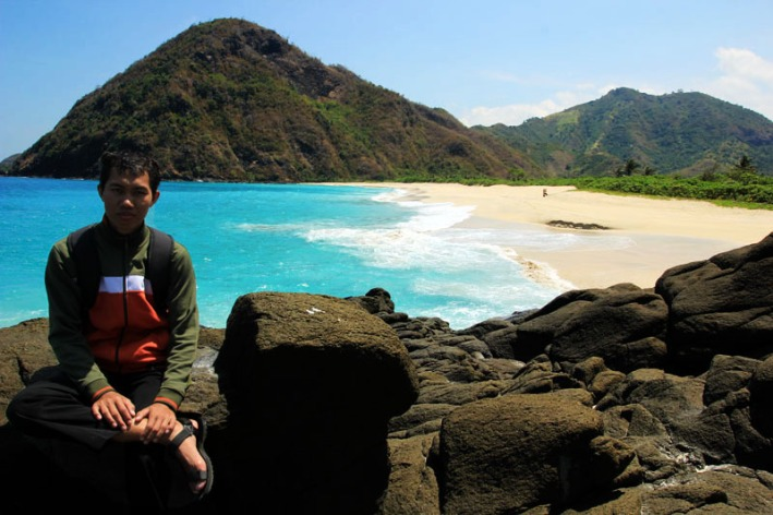 Fendi berpose dengan latar pantai Tomang Omang