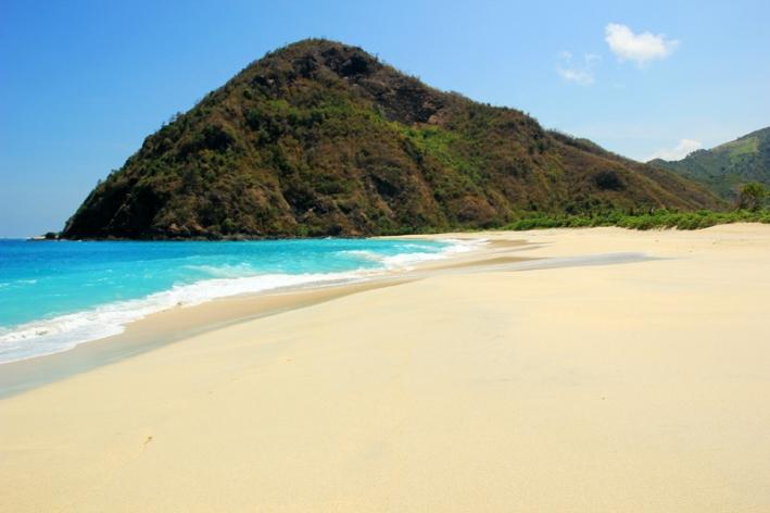 aduhhhh indahnya pantai, putih bersih pantai dipadu dengan biru laut yang jernih