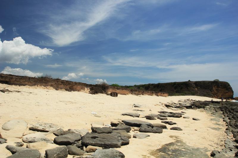 Pesona Pantai Sungkun dengan Pasir Putihnya