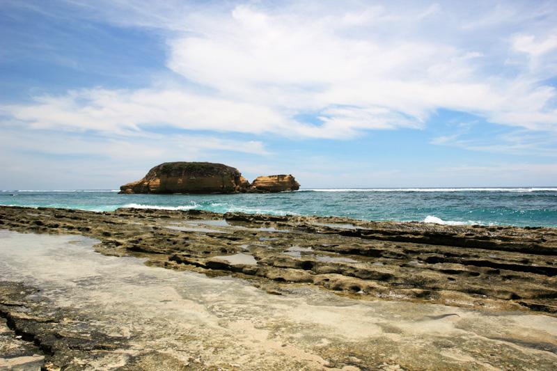 air laut yang tergenang di batu-batuan Sungkun