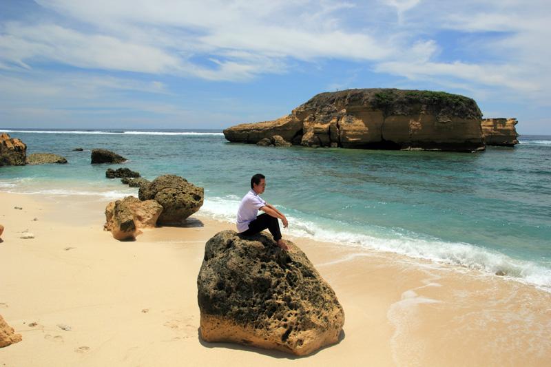Istirahat setelah capek menyusuri Pantai Sungkun