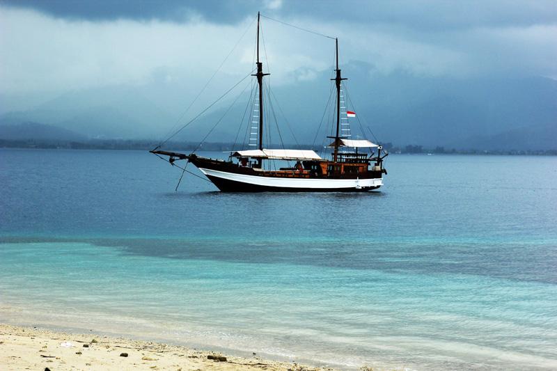 Kapal Pesiar cantik melipir di Gili Air yang cantik