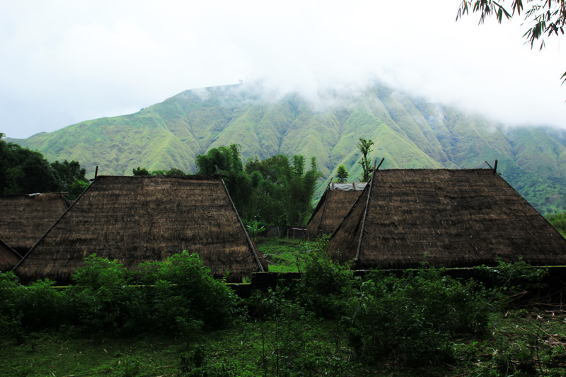 Kampung Adat dengan Latar Gunung Pergasingan