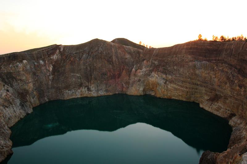 Danau Tiwu Ata Polo (saat Mengambil Foto ini saya hampir terjatuh kedalam ini..iih ngeriii)