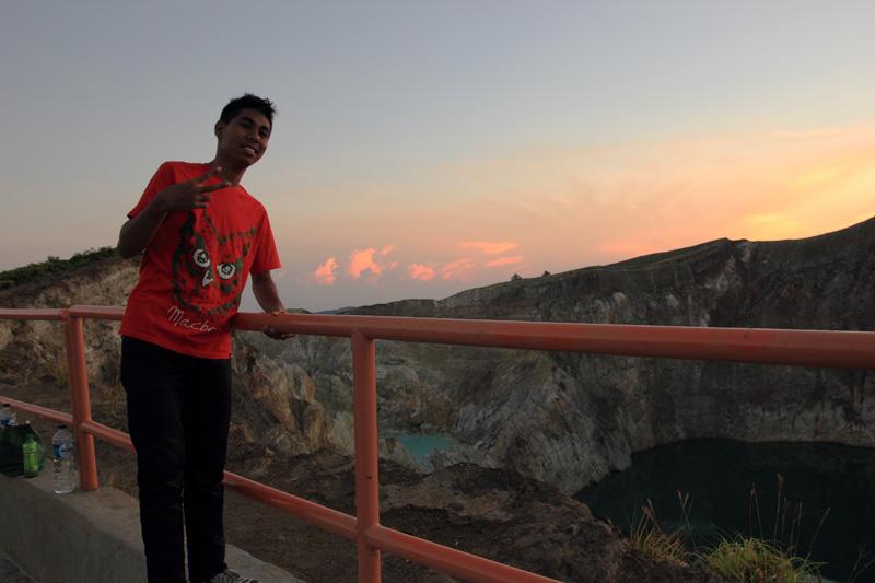 Jacky berpose dengan Latar Danau Tiwu Ata Polo dan Danau Tiwu Nua Muri Ko'o Fai