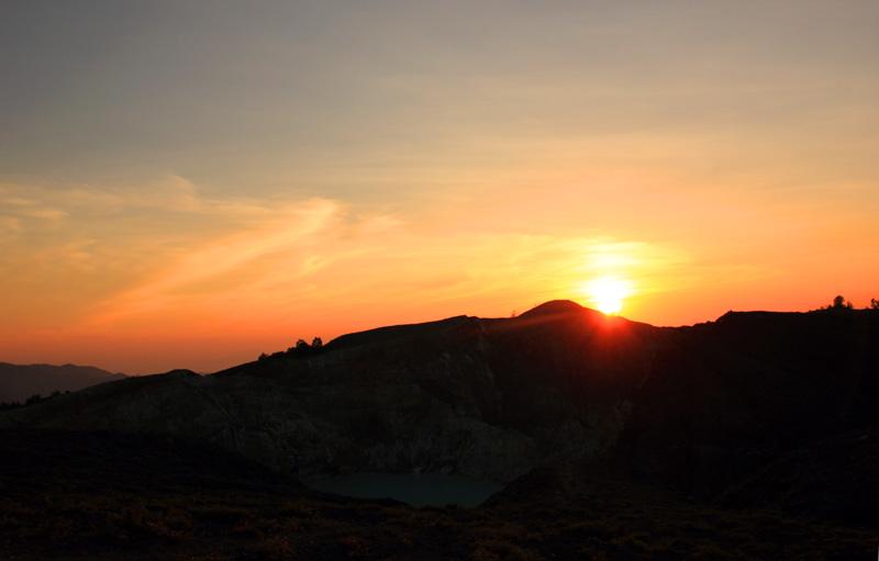 Mengejar sunset di Kelimutu