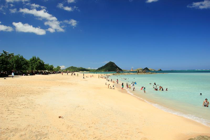 Penampakan Pantai Kuta saat hari libur. banyak pengunjungnya