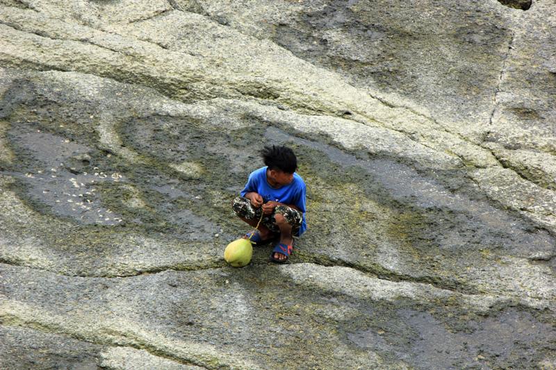Ochi pun tak berhasil menjual kelapa muda itu. dia hanya duduk sendiri menunggu pengunjung kehausan