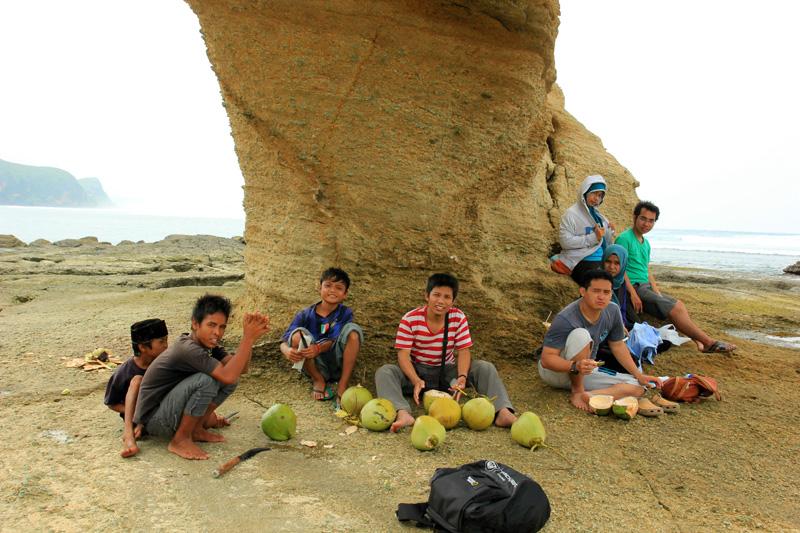 Bersantai di Batu Payung sambil minum kelapa muda