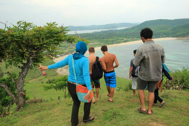 setelah berkelahi dengan monyet, kami pun bergegas turun bersama dua turis