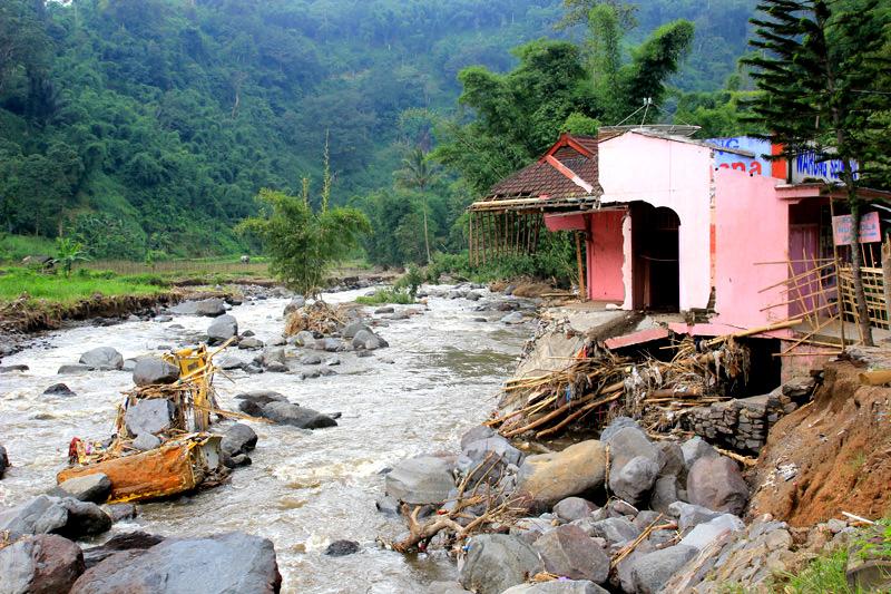 Banjir Bandang yang menerjang rumah dan Escavator